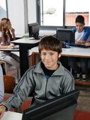 Teenage étudiant assis en classe d'informatique — Photo