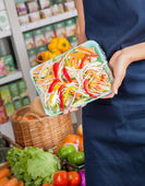 Saleswoman Displaying Packed Chopped Vegetables — Stock Photo