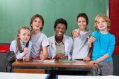 Okul öğretmen masasındaki ile yukarı başparmak el hareketi — Stok fotoğraf