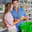 Man With Woman Shopping In Grocery Store — Stock Photo