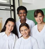 先生の研究室で女子学生の側に立って — ストック写真