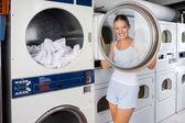Mulher olhando pela tampa da máquina de lavar roupa — Foto Stock