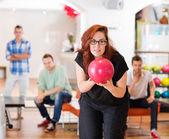 Vrouw klaar met bowling bal in club — Stockfoto