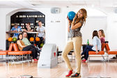 Vrouw met bowling bal in club — Stockfoto