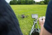 Technici provozu uav vrtulník v parku — Stock fotografie
