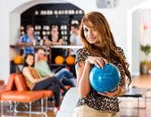 Joven sosteniendo la bola azul en el club — Foto de Stock