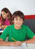 Portrait d'étudiant adolescent assis au bureau — Photo