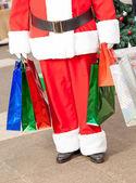 Santa Claus Einkaufstaschen tragen — Stockfoto