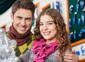 Couple heureux au magasin de noël — Photo