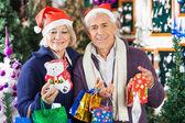 Homem com mulher na loja de compras para o natal — Foto Stock