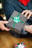 Mağazada Noel hediyesi holding Çift — Stok fotoğraf