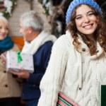 aile yılbaşı mağaza ile mutlu bir kadın — Stok fotoğraf
