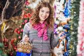 Mulher feliz compras de enfeites de natal — Foto Stock