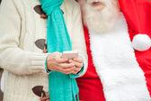 Papai noel com menino usando smartphone — Foto Stock