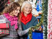 Matka a dcera nákup vánoční ozdoby — Stock fotografie