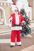 Santa claus mit milch und kekse im innenhof — Stockfoto