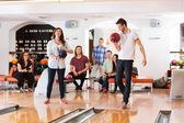 Man en vrouw houdt van bowling ballen in club — Stockfoto