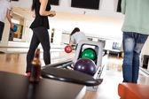 Personnes jouant au bowling alley — Photo