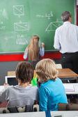 školáčkové pomocí digitálních tabletu na stůl — Stock fotografie