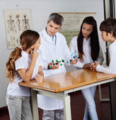 Teacher Explaining Molecular Structures To Students — Stock Photo