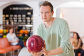 Man Holding Bowling Ball in Club — ストック写真