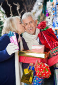 Sklep kobieta mężczyzna całuje na Boże Narodzenie — Zdjęcie stockowe