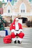 Santa claus siedzi na dziedzińcu — Zdjęcie stockowe