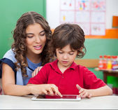 Teacher Teaching Students To Use Digital Tablet — Stock Photo