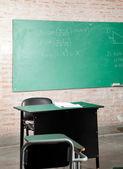 Učebna s greenboard a nábytek — Stock fotografie