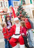 Santa claus i dzieci na dziedzińcu — Zdjęcie stockowe