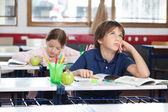 查找在教室里的小男孩 — 图库照片
