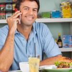 homme à l'aide de téléphone portable à table dans le supermarché — Photo