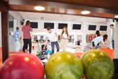 люди, боулинг с шариками на переднем плане — Стоковое фото