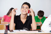 Teenage étudiants masculins en utilisant le téléphone dans la salle de classe — Photo