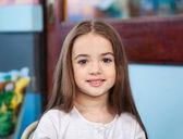 Roztomilá dívka s úsměvem v mateřské školce — Stock fotografie