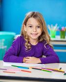Fille avec des stylos croquis et papier à la maternelle — Photo