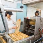 apicultores trabajando en la planta de extracción de miel — Foto de Stock