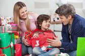 父母与儿子打开圣诞礼物 — 图库照片
