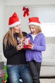 Sürpriz anne ve kızı ile noel hediyesi — Stok fotoğraf