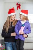 母と娘のクリスマス プレゼント — ストック写真