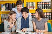 студентов университета, изучая вместе в библиотеке — Стоковое фото