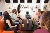 Vrienden op zoek naar vrouw bowlen in club — Stockfoto