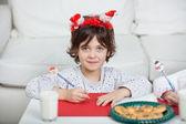 Chlapec nosí santa čelenka psaní dopisu doma — Stock fotografie