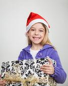 šťastná dívka drží vánoční dárek — Stock fotografie