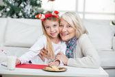 Abuela y niña sonriente durante la navidad — Foto de Stock