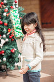 Girl Holding Present In Courtyard — Stockfoto