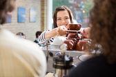 Klant rekening koffie uit barista — Stockfoto