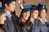 Student drží certifikát stoje s přáteli v colle — Stock fotografie