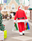 Santa Claus With Bags Walking In Courtyard — 图库照片
