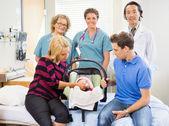Succesvolle medische team met pasgeboren baby en ouders in hospita — Stockfoto